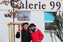 Na počest dvacetiletého výročí zahájení provozu Galerie 99 v Břeclavi nechali manželé Jitka a Antonín Vojtkovi vysadit dub.