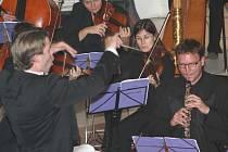 Členové brněnské filharmonie na koncertě v břeclavském kostele svatého Václava.