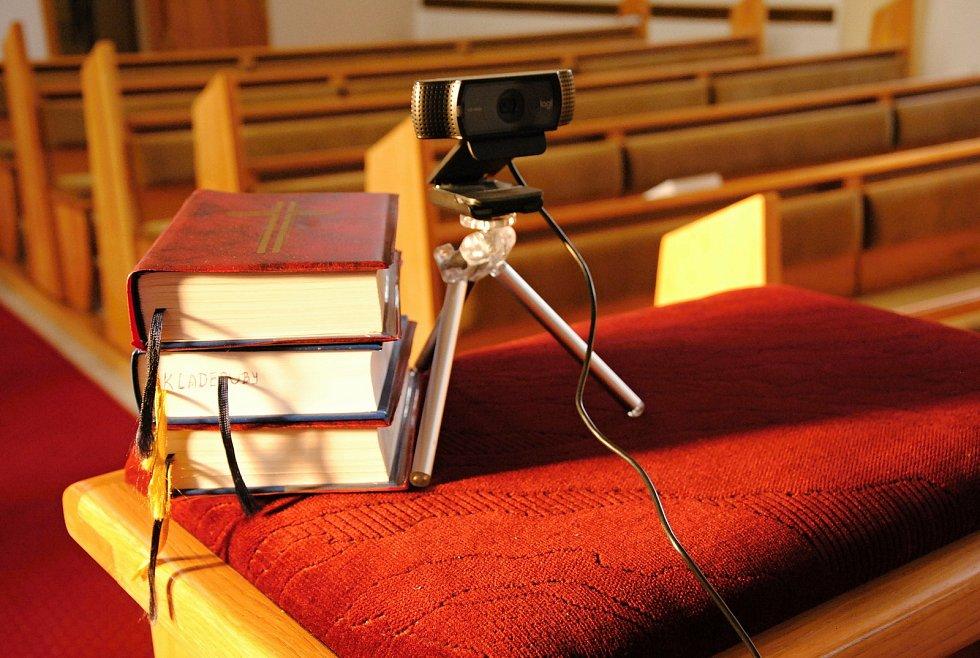 V kostelech smí být pouze omezený počet lidí, ostatní jednotlivé liturgie uvidí v online přenosech.