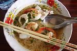 Lehce pikantní polévka s nudlemi a plody moře.