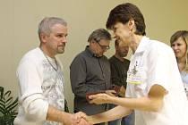 V břeclavské nemocnici předávali ocenění pravidelným dárcům krve. Za čtyřicáté darování krve obrželi zlaté kříže, za osmdesáté zlatou plaketu.