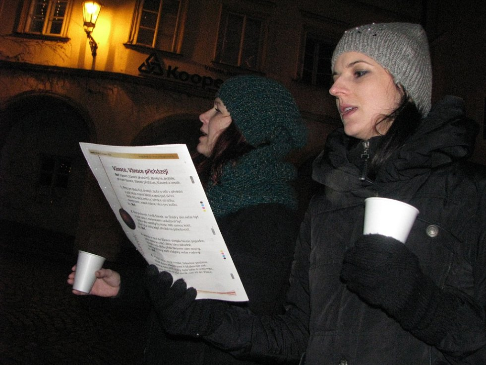 Na mikulovském Náměstí v roce 2014 zazpívalo koledy zhruba osmdesát lidí. Při akci Česko zpívá koledy udávaly tón děti ze základní školy Hraničářů.