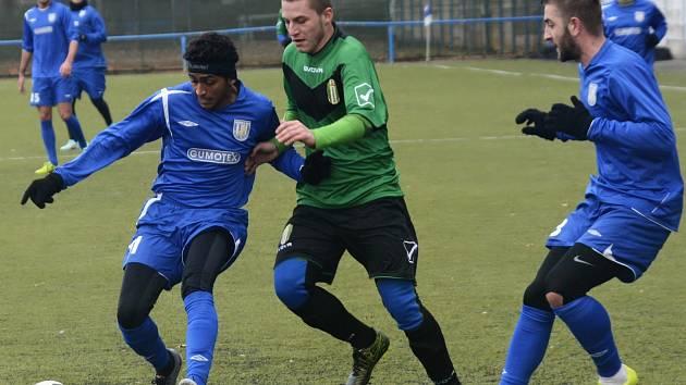 Brazilec Lucas Carvalho Serra v dresu Břeclavi (vlevo).