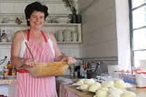 Zlata Maděřičová v nově opravené Neoveské stodole už vařila ovocné knedlíky. Používá i nádobí z dob našich babiček.