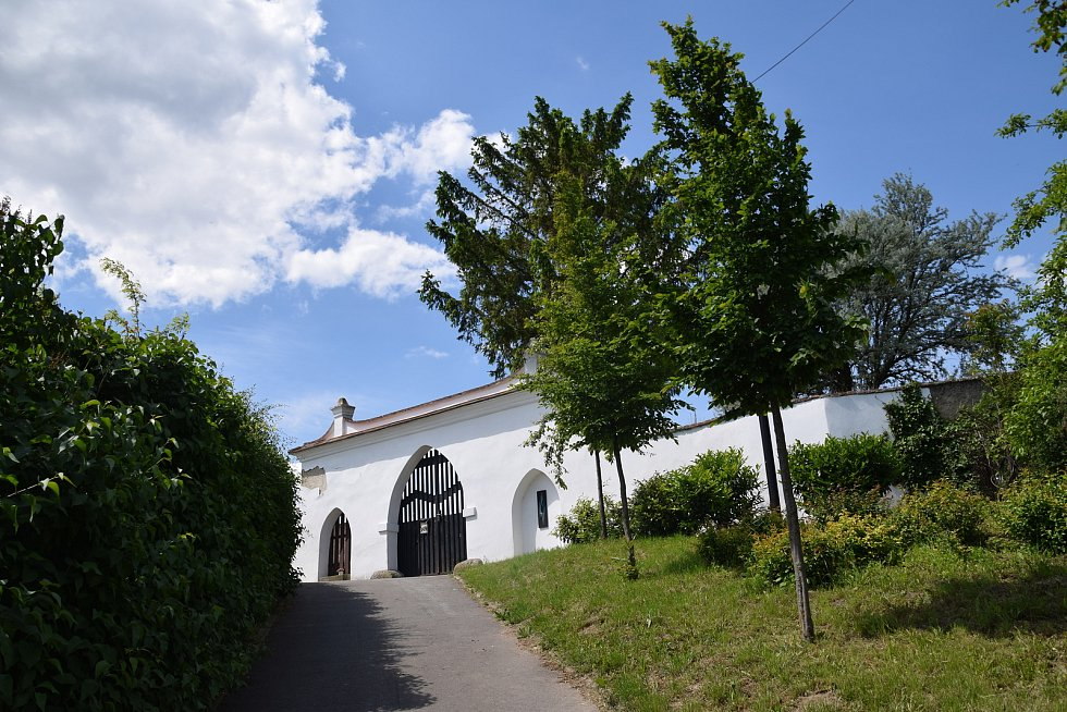 Opravená hřbitovní brána