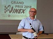 Šampiona letošního Grand Prix Vinex bralo Chateau Valtice za Rulandské bílé. Na snímku marketingový ředitel David Šťastný.
