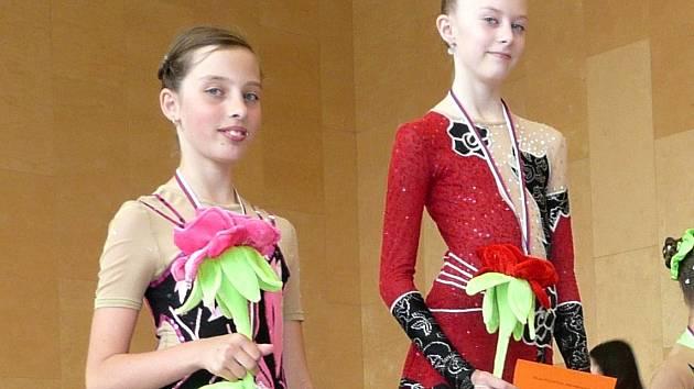 Tereza Konšelová (vlevo) si na krk pověsila stříbrnou medaili, Markéta Hromková zlatou.