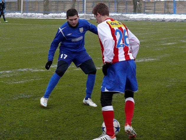 Patrik Levčík (v modrém) se snaží zastavit průnik brněnského soupeře.