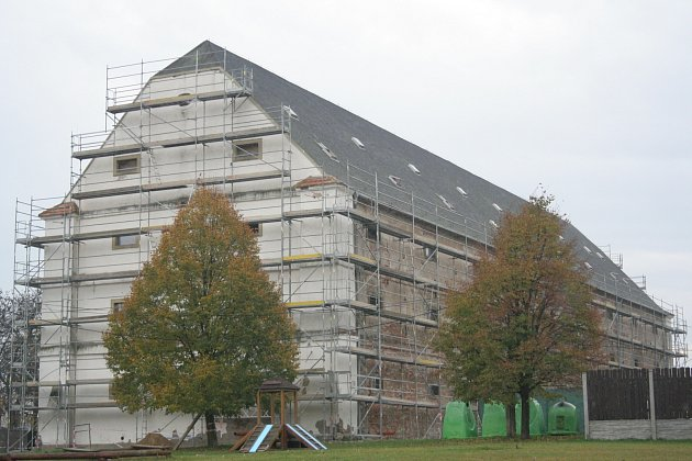 Budova bývalé sýpky ve Velkých Pavlovicích je vrukou dělníků. Podle starosty Pavla Procházky by mělo zbudovy vzniknout Centrum moravských tradic shotelem.