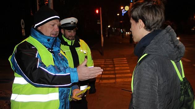 Bezpečnostní akce pro chodce. V Břeclavi zástupci Besipu a policie rozdávali lidem reflexní pásky.