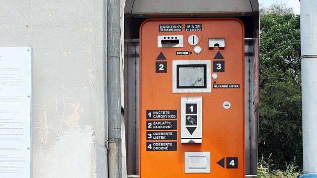 Automat na parkovišti před vlakovým nádražím v Břeclavi.
