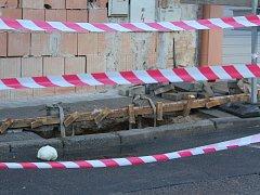 Část silnice v ulici Koněvova se propadla.