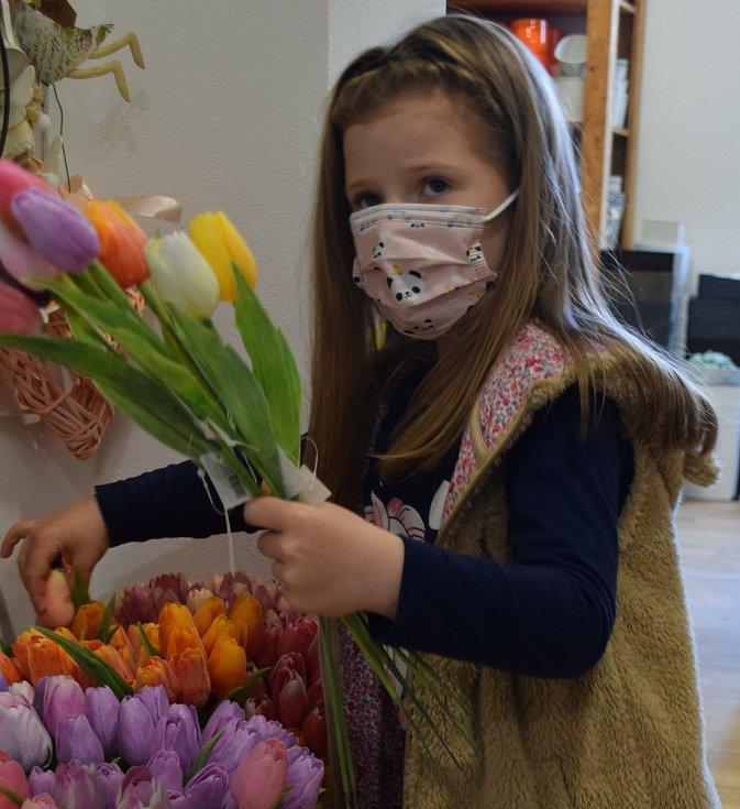 Jaro se hlásí. Desítky lidí vyrazily o víkendu do zahradních center a květinářství v okrese. Největší zájem je o primulky, macešky, ale i o osivo či řezané a umělé tulipány.