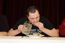 Zelofest v Pohořelicích. Novinkou šestnáctého ročníku koštu kysaného zelí byla soutěž jedlíků. Vyhrál Jaroslav Němec, který třeba v Show Jana Krause snědl 24 na tvrdo vařených vajec za dvě minuty. Vytvořil tehdy světový rekord.