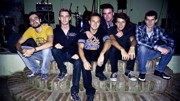 Valtickou kapelu Irnis tvoří šest členů. Přestože historie jejich vzniku se datuje od roku 2012, nechybí mezi nimi zkušení hudebníci. Své fanoušky oslovují českými texty a líbivými melodiemi.