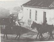 Příslušníci tzv. Slovácké brigády na hustopečském Úvoze. Slovácká brigáda zajišťovala Hustopeče před možným vojenským zásahem, který organizoval rakouský říšský poslanec Oskar Teufel.