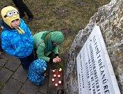 Zhruba třicet lidí se sešlo v pondělí v Břeclavi, aby protestovali proti zvolení komunistického poslance Zdeňka Ondráčka do čela komise pro kontrolu činnosti Generální inspekce bezpečnostních sborů. U pomníku obětí totalitního režimu zapálili svíčky a pod