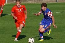 Hráči české sedmnáctky (v červeném) dokázali skórovat třikrát během sedmi minut.