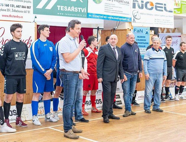 Robert Zvolánek (smikrofonem) je ředitelem prestižní Grand Prix Šitbořice.