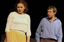 Až na pár mít úplně zaplněný sál boleradického divadla viděl v sobotu večer premiéru hry s názvem Kříž u potoka. V moderním nastudování.