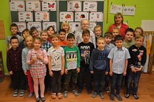 Prvňáčky v základní škole Kobylí učí Alena Hochová, věnují se jim i deváťáci.