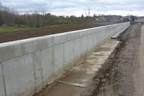 Téměř polovina protipovodňové stěny v Pohořelicích je hotová.