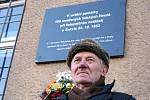 Ludvík Úlehla u pamětní desky, která od úterý připomíná železniční neštěstí z roku 1953.