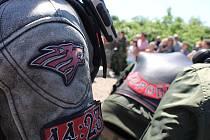 Vzpomínkové akce k 73. výročí osvobození Československa od fašismu se ve Starovičkách na Břeclavsku zúčastnili členové motorkářského klubu Noční vlci. Položili věnce k památníku, jemuž vévodí tank.