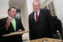 Prezident Miloš Zeman přijel na valtický zámek. Povečeřel tam. Předtím se v Národním vinařském centru se setkal s vinaři i se starostou města Pavlem Trojanem.