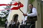 Folklorem nadšení mladí muži v Němčičkách na Břeclavsku si pro letošní Velikonoce zapletli pomlázku o délce devět a půl metru. Po sváteční mši v kostele s ní procházeli ulicemi obce.
