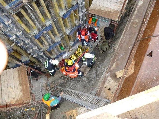 Profesionální hasiči z Hustopečí a Mikulova zasahovali v pátek ráno společně v Dolních Věstonicích. Záchraňovali dělníka po pádu do několik metrů hlubokého výkopu.