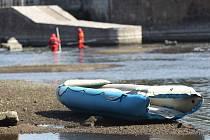 Hasiči, záchranáři a policejní potápěči pátrali od pondělního večera po dvanáctiletém chlapci, který skončil v břeclavském splavu a už nevyplaval. Našli jej utonulého až druhý den dopoledne.