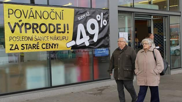 Nižší cenu až o devětačtyřicet procent hlásí obrovské cedule u břeclavského Okay Elektra. Podobné plakáty teď visí téměř všude.