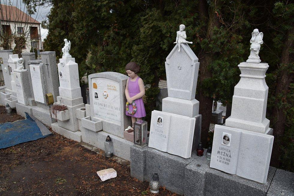 Restaurátor Michal Navrátil obnovuje pomníčky dětem utonulým v řece Dyji na Nových Mlýnech v roce 1936.