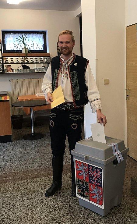 Martin Hanuš ze Starovic na Břeclavsku přišel volit v místním kroji.