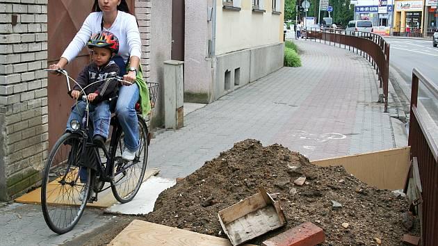 Cyklisté musí výkop opatrně objíždět.
