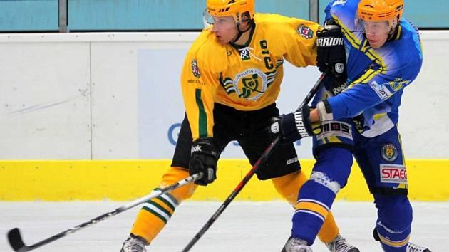 Hokejisté Břeclavi (v modrém) si v ofenzivním utkání poradili se Vsetínem a jsou druzí.