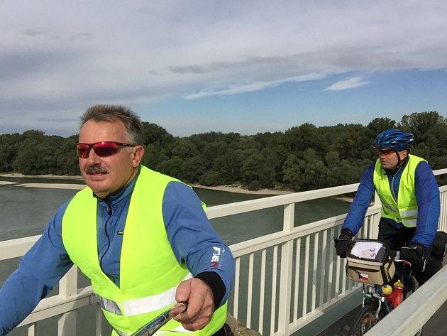 Miroslav Nevěděl (na fotce vepředu) vyrazil společně se svým bratrem na kole z Šakvic až do chorvatského Zadaru.
