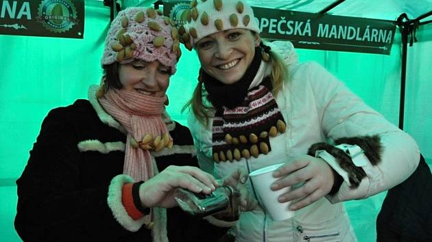 Kateřina Kopová (vpravo), zakladatelka Hustopečské mandlárny, představí v prosinci novou mandlovou kuchařku.