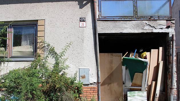 Na mnoha místech Břeclavi lze spatřit chátrající domy, o které se nikdo nestará. Vedení města i obyvatelé naříkají, že pozemky vlastní soukromí majitelé, se kterými není domluva.