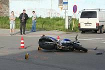 Dopravní nehoda osobního automobilu a motocyklu se stala u břeclavského Shopping centra.