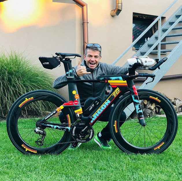 Marek Svoboda zHustopečích se na loňském triatlonovém závodu Ironman na Hawai zachoval jako hrdina. Na cílové rovince pomohl závodnici se dostat do cíle.