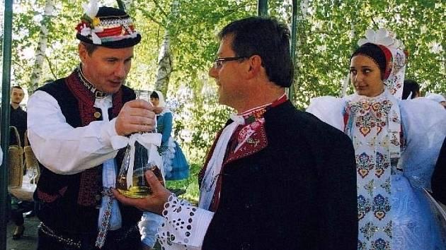 """""""Je mi ctí přivítat dobrého kamaráda,"""" tvrdí s úsměvem starosta Dolních Bojanovic."""