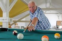 Třiašedesátiletý Josef Drobilič řídil břeclavské gymnázium celé čtvrtstoletí. Jeho oblíbeným koutem ve škole byl studentský klub, kde si občas zahrál kulečník. Po prázdninách muž odchází do penze.