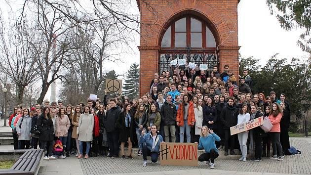 Studenti břeclavského gymnázia se také připojili k celorepublikovému protestu proti české vládě pod názvem Vyjdi ven. K podpisu petice se připojilo na sto padesát lidí.