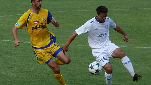 Fotbalisté Břeclavi (v bílém) uhráli s béčkem Jihlavy bod.