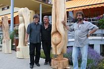 Vernisáží pěti uměleckých dřevosochařů se završila jejich týdenní práce na otevřené scéně sedmého ročníku Lázeňského dřevosochání v Lednici. Tvořili na téma Andělská znamení.