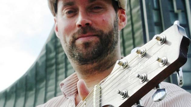 Britský kytarista Alasdair Bouch pózuje fotografovi Deníku před břeclavským kostelem.