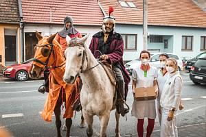 Hustopečští poděkovali za nasazení lidem v první linii. Svatý Martin jim přivezl víno.