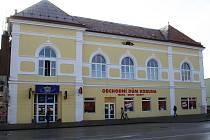 Historický dům Koruna na břeclavském náměstí dostal konečně po letech chátrání nový vzhled.